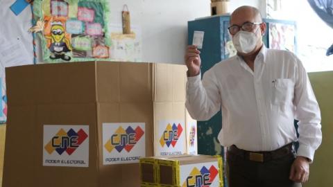 A Venezuelan voter prepares to deposit his ballot